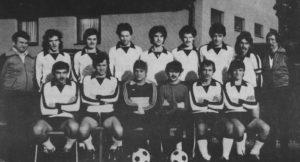 Trainer Linsenmaier (stehend r.) neben Kapitän Reiner (2. v. r.) in der Jubiläumsmannschaft 1980