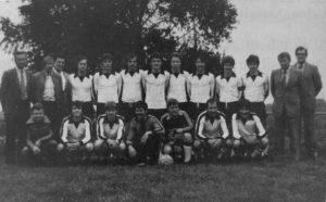Bezirksliga-Meister mit Kapitän Reiner (stehend 4. v. r.)