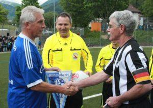 Kapitän Reiner (r.) beim Wimpeltausch mit Klaus Fischer von der Schalker Traditionself, 2013