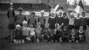 Obertäler F-Jugend als Bezirksmeister unter Trainer Hans-Peter, 1984 (links mit Polkal: Bernhard Weis)