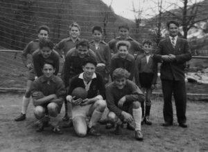 Hans-Peters erste Jahre im Jugendfußball (stehend 2. v. r.). Man vergleiche seine Körpergröße mit der des Torwarts.