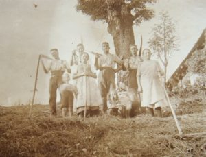 Alte Aufnahme der Vorfahren des Wisdishof bei Mäharbeiten