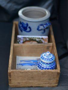 Utensilien bei der Sympathiebehandlung: Glasschale mit Zetteln, blaue Dose mit Deckel zur Aufbewahrung (Foto: Tamara Burk)