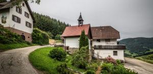 Der Wisdishof mit der Kapelle St. Andreas im Vordergrund und dem Speicher links (Foto: Hans Simonyi)